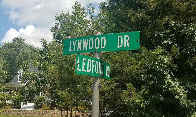 Lynwood Lakes location signs